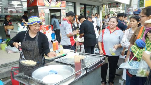 """""""ระยอง"""" จัดอาหารและผลไม้แจกให้ประชาชนฟรี"""