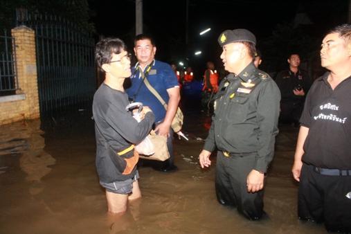 พล.ต.สุรคล ท้วมเสม ผู้บัญชาการมณฑลทหารบกที่ 32 พร้อมทหาร-ทีมแพทย์ ลุยน้ำช่วยเหยื่อน้ำท่วมถึงบ้าน