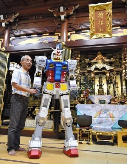 """วัดพุทธญี่ปุ่น ประดิษฐานหุ่น """"กันดั้ม"""" ให้คนสักการะ"""