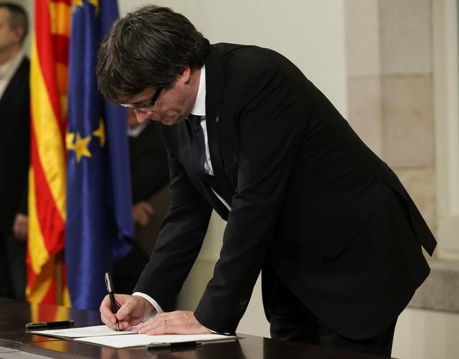 ประธานาธิบดีคาร์เลส ปุยก์เดอมงต์ ของแคว้นกาตาลุญญา ลงนามประกาศเอกราชจากสเปนในวันอังคาร(10ต.ค.) แต่ระงับการบังคับใช้และเรียกร้องเจรจากับมาดริด