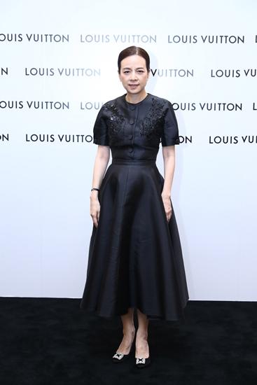 นวลพรรณ ล่ำซำ ชุดดำผ้าไหมไทยที่ดูทั้งเรียบร้อยและสวยงาม