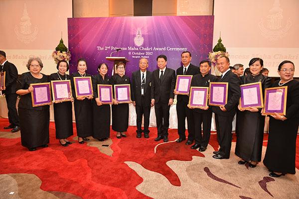 """มอบรางวัลคุณากร """"ครูนฤมล"""" ยืนหยัดพัฒนาเด็กไทยภูเขา"""