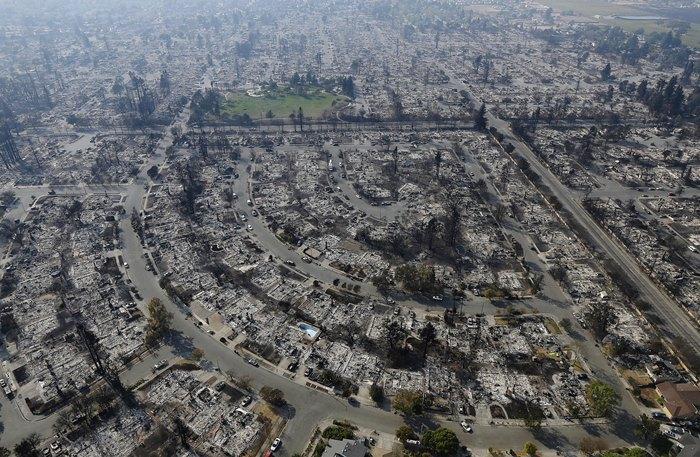 <i>สภาพบ้านเรือนในเมืองซานตาโรซา รัฐแคลิฟอร์เนีย เมื่อวันพุธ (11 ต.ค.) ภายหลังถูกไฟป่าเผาไหม้จนราบเรียบ  ไฟป่าที่มีกระแสลมแรงจัดคอยช่วยหนุนส่งจนอาละวาดไปทั่วตอนเหนือของแคลิฟอร์เนีย ทำให้ผู้คนจำนวนมากต้องอพยพหลบหนีไปอยู่ที่ปลอดภัย  และมีผู้เสียชีวิตไปอย่างน้อย 23 คนแล้ว </i>