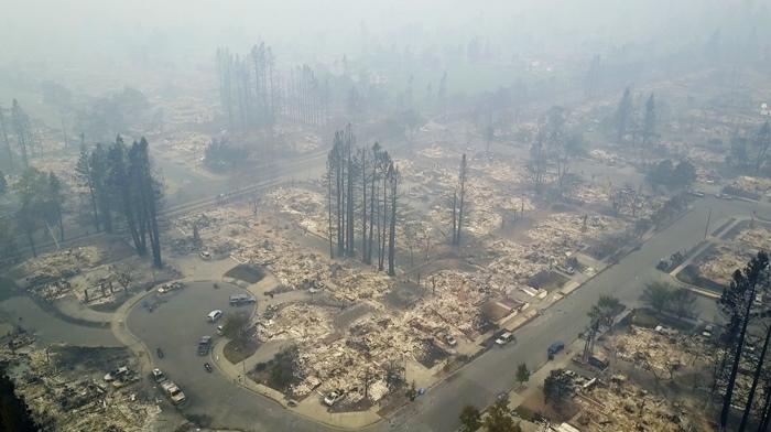<i>ภาพถ่ายทางอากาศแสดงให้เห็นย่านที่อยู่อาศัยหนึ่งของเมืองซานตาโรซารัฐแคลิฟอร์เนีย เมื่อวันอังคาร (10 ต.ค.) </i>