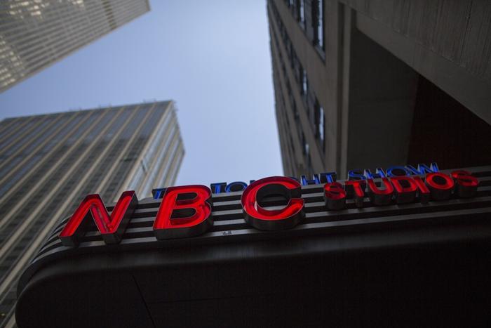 <i>โลโก้ของ NBC ณ บริเวณที่ตั้งสตูดิโอโทรทัศน์ของเครือข่ายทีวีแห่งนี้ ที่อาคารร็อกกีเฟลเลอร์เซนเตอร์ ในนครนิวยอร์ก (ภาพจากแฟ้มถ่ายเมื่อ 10 พ.ค.2017) </i>