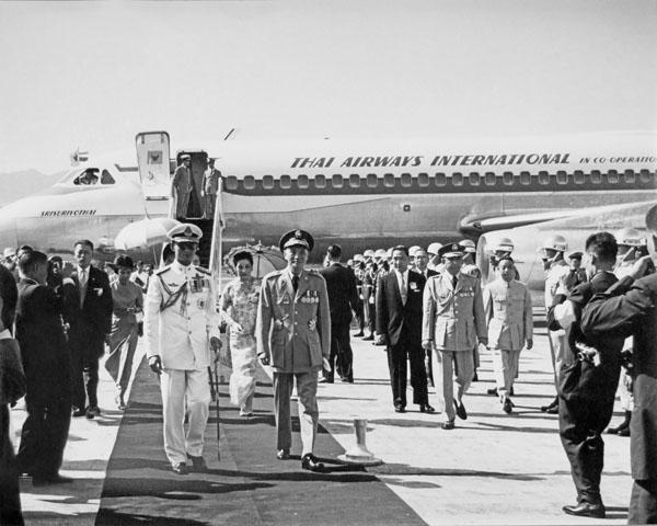พระบาทสมเด็จพระปรมินทรมหาภูมิพลอดุลยเดช พร้อมด้วยสมเด็จพระนางเจ้าสิริกิติ์ พระบรมราชินีนาถ เสด็จพระราชดำเนินโดยเครื่องบินพระที่นั่งถึงท่าอากาศยานซงซาน กรุงไทเป ในโอกาสที่เสด็จพระราชดำเนินเยือนสาธารณรัฐจีน(ไต้หวัน) อย่างเป็นทางการเป็นเวลา 4 วันระหว่างวันที่ 5-8 มิถุนายน พุทธศักราช2506 โดยมีประธานาธิบดีเจียงไคเช็ค พร้อมด้วยภริยามาดาม ซ่ง  เหม่ย หลิง  ข้าราชการชั้นผู้ใหญ่และประชาชนชาวไต้หวันเฝ้ารอรับเสด็จ (ภาพ: กระทรวงการต่างประเทศสาธารณรัฐจีน)