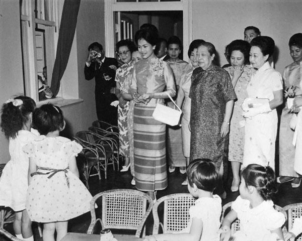 สมเด็จพระนางเจ้าสิริกิติ์พระบรมราชินีนาถเสด็จเยี่ยมสถานสงเคราะห์เด็กกำพร้า ทรงทักทายเด็กๆด้วยความเอ็นดู (ภาพ:  กระทรวงต่างประเทศสาธารณรัฐจีน)
