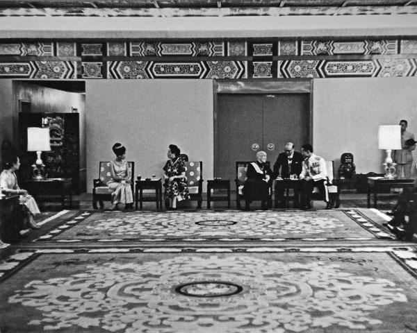 พระบาทสมเด็จพระปรมินทรมหาภูมิพลอดุลยเดชพร้อมด้วยสมเด็จพระนางเจ้าสิริกิติ์ พระบรมราชินีนาถเสด็จพระราชดำเนินงานเลี้ยงพระกระยาหารถวายการต้อนรับโดยประธานาธิบดีเจียงไคเช็คและภริยา (ภาพ: กระทรวงการต่างประเทศสาธารณรัฐจีน)