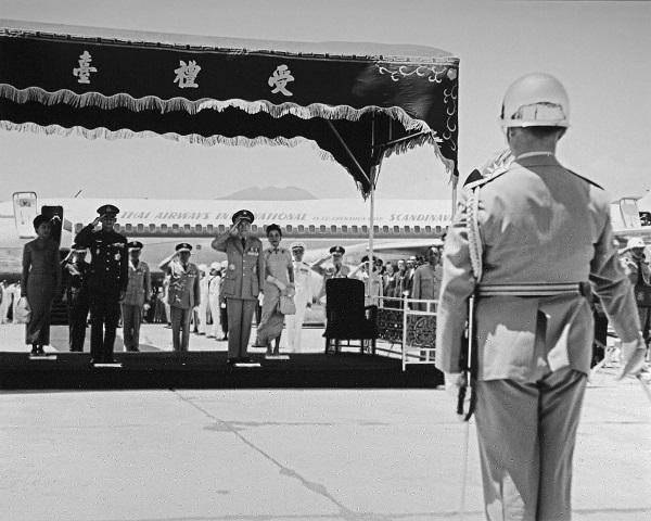 ประธานาธิบดีเจียงไคเช็คและภริยา พร้อมด้วยข้าราชการชั้นผู้ใหญ่และชาวไต้หวันจัดพิธีส่งเสด็จทางทหารอย่างสมพระเกียรติแด่พระบาทสมเด็จพระปรมินทรมหาภูมิพลอดุลยเดชและสมเด็จพระนางเจ้าสิริกิติ์ พระบรมราชินีนาถในการสิ้นสุดเสด็จเยือนสาธารณรัฐจีน(ไต้หวัน)อย่างเป็นทางการระหว่างวันที่ 5 – 8 มิถุนายน พุทธศักราช2506 (ภาพ: กระทรวงการต่างประเทศสาธารณรัฐจีน)