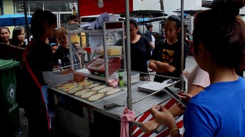 แม่ค้าขนมโตเกียว ทำความดี  ทำขนมโตเกียว 500 ชิ้น กินฟรี  ถวายเป็นพระราชกุศล ในหลวง รัชกาลที่ 9