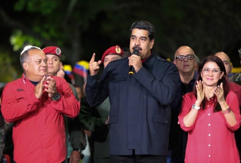 ประธานาธิบดี นิโคลัส มาดูโร แห่งเวเนซุเอลา กล่าวปราศรัยที่กรุงการากัส โดยมีสุภาพสตรีหมายเลขหนึ่ง ซีเลีย ฟลอเรส (ขวา) และ ดิโอสดาโด คาเบลโล หนึ่งในสมาชิกสภาร่างรัฐธรรมนูญ (ซ้าย) ยืนเคียงข้าง หลังจากคณะกรรมการการเลือกตั้งประกาศว่าพรรคสังคมนิยมกวาดที่นั่งผู้ว่าการรัฐได้ถึง 17 รัฐจากทั้งหมด 23 รัฐทั่วประเทศ เมื่อวันที่ 15 ต.ค.