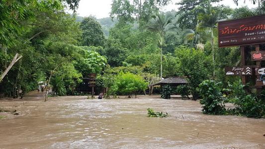 น้ำป่าดอยสุเทพทะลักท่วมหลังดอยคำ-ร้านกาแฟจมลูกค้าติดเกาะ จนท.ต้องเร่งช่วย