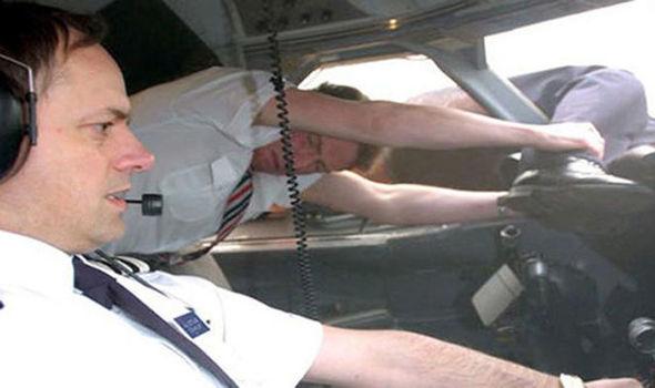 In Pics : สื่อแพร่ภาพช็อกในอดีต! กัปตันเครื่องบินโดยสารถูกดูดปลิวออกทางหน้าต่าง แต่รอดตายปาฏิหาริย์