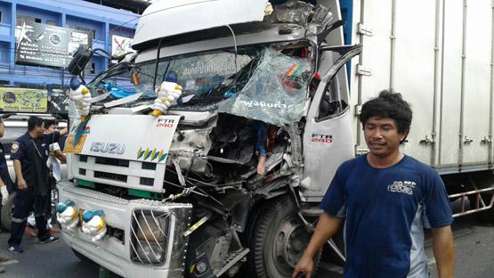 หนุ่มขับรถพ่วงชนท้ายสิบล้อย่านรังสิต แฟนสาวเจ็บขาเหวอะติดภายใน