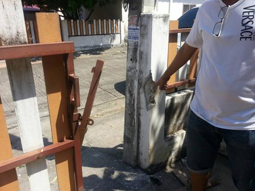 สภาพประตูบ้านถูกทุบเสียหาย