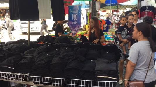 คึกคัก! บรรยากาศซื้อขายชุดดำที่เชียงใหม่ คนพร้อมใจสวมใส่ร่วมถวายอาลัย