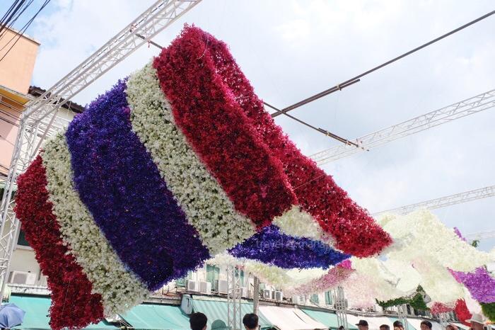 บริเวณส่วนปลายของผืนผ้าดอกไม้ ที่เป็นสีธงชาติไทย