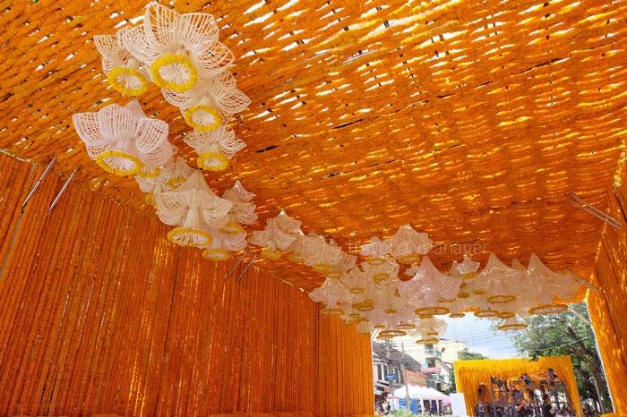 ดอกรักที่จัดแต่งเป็นรูปดอกดารารัตน์ 77 ดอก เรียงเป็นรูปแผนที่ประเทศไทย