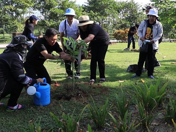 เทศบาลนครยะลานำประชาชนร่วมปลูกต้นไม้ทำดีเพื่อพ่อ ถวายเป็นพระราชกุศล