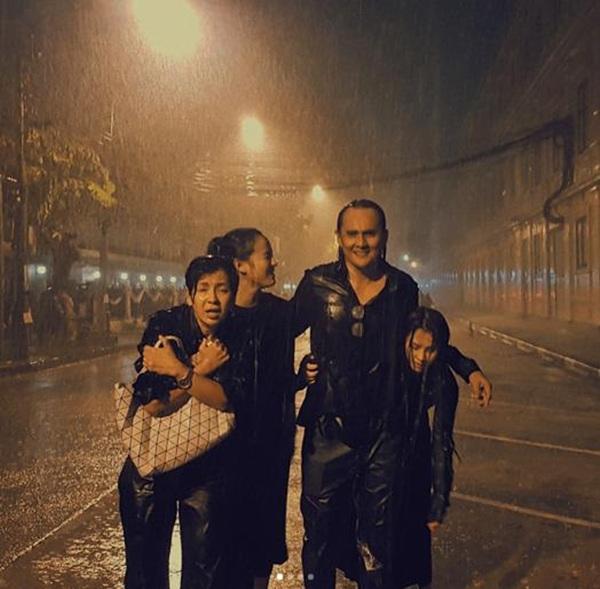 """""""ตั้ว ศรัณยู"""" พาครอบครัวเดินฝ่าสายฝน เข้ากราบสักการะพระบรมฉายาลักษณ์ """"ในหลวง ร.9"""""""