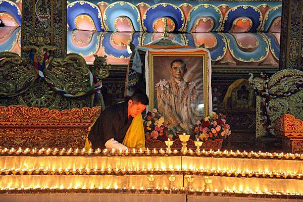 """""""กษัตริย์จิกมี"""" รับสั่งให้ภูฏานจัดราชพิธีสวดมนต์ถวายเป็นพระราชกุศลในหลวง ร.๙"""