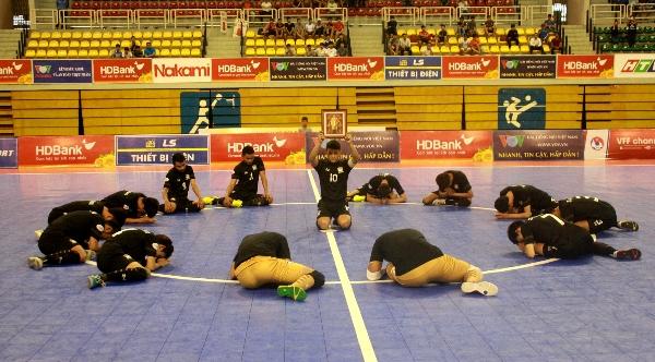 ทีมฟุตซอลไทย ก้มกราบส่งเสด็จสู่สวรรคาลัยก่อนศึกชิงแชมป์อาเซียน