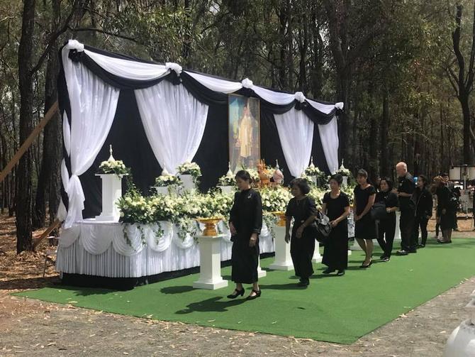 """พสกนิกรฝ่าฝนปรอยร่วมส่งเสด็จ """"พ่อหลวง ร.๙"""" ในลอนดอน สถานทูตไทยทั่วโลกจัดถวายดอกไม้จันทน์ในพระราชพิธีถวายพระเพลิงพระบรมศพ"""