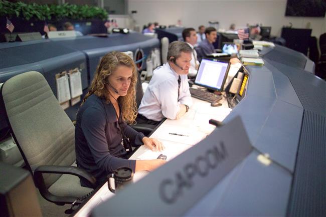 มาดามปาแย็ตในห้องควบคุมที่ศูนย์อวกาศฮิวส์ตัน ระหว่างปฏิบัติหน้าที่เชื่อมการสื่อสารระหว่างลูกเรือ (นาซา)