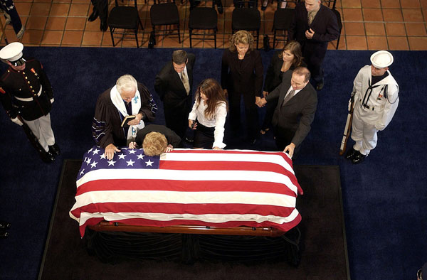 """ตอกหน้าสื่อฝรั่ง! เผยชาวมะกันควักภาษีจ่ายค่างานศพ """"ปธน.เรแกน"""" ปี 47 อย่างน้อย $400 ล้าน"""