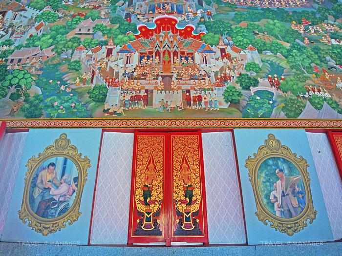 จิตรกรรมฝาผนังด้านบนเป็นภาพพุทธชาดก ส่วนช่องระหว่างหน้าต่างเป็นภาพของในหลวง ร.๙