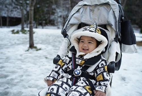 """แฮปปี้สุดๆ """"น้องดีแลน"""" ลูกชาย """"แมทธิว – ลิเดีย"""" เจอหิมะครั้งแรกที่ญี่ปุ่น"""