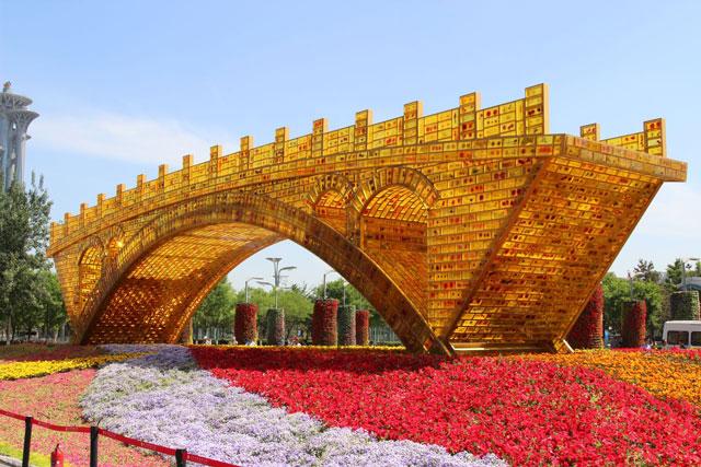 สะพานทองคำแห่งเส้นทางสายไหม  'Golden Bridge of Silk Road' ที่ศูนย์การประชุมแห่งชาติ กรุงปักกิ่ง (ภาพจีบีไทม์ส)