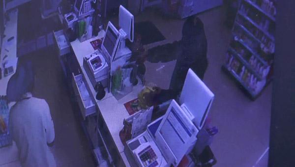 แกะรอยภาพวงจรปิด ตามรวบแม่บ้านสาวบุรีรัมย์ควงมีดบุกเดี่ยวจี้เงินร้านเซเว่นฯ อ้างนำไปจ่ายงวดรถ