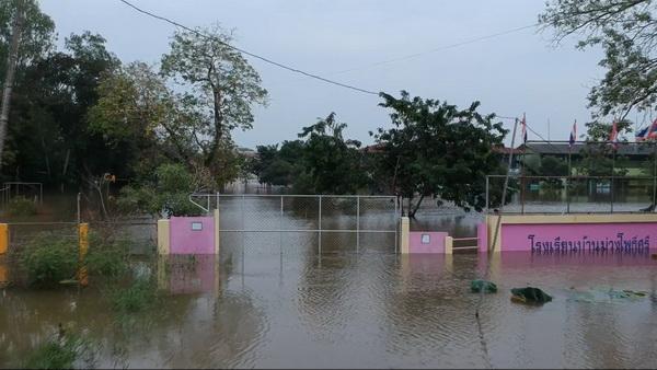 เปิดเทอมวันแรกโรงเรียนริมน้ำชีสุดอ่วม น้ำท่วมหนัก! ย้ายนักเรียนไปสอนในวัด