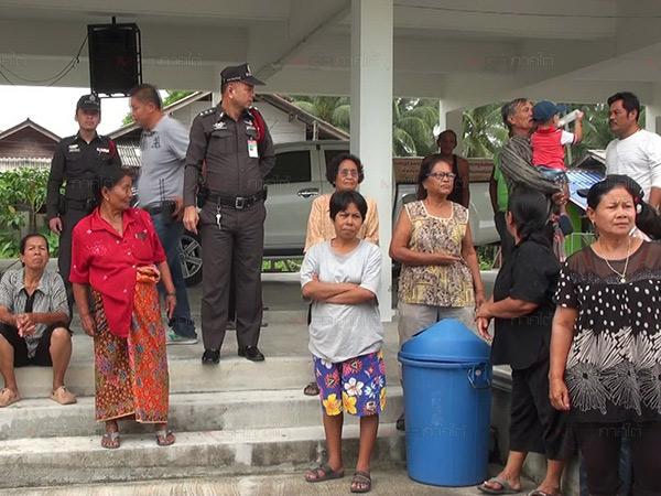 ชาวบ้านฮือบุก รร.วัดกุฏิเมืองนครฯ หลัง ผอ.ปิดประตูห้าม 10 คุณครูเข้าสอนนักเรียน