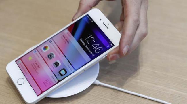 ใครที่ต้องการชาร์จไร้สายบน iPhone 8 และ iPhone X ก็ต้องซื้อแท่นชาร์จไร้สายเองตามระเบียบ