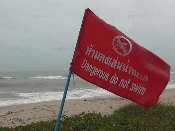ชายฝั่งสงขลาคลื่นลมแรงขึ้นธงแดงห้ามเล่นน้ำ สั่ง 16 อำเภอเตรียมรับมืออิทธิพลดีเปรสชั่น