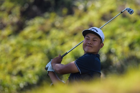 In this picture taken on November 2, 2017, Chinese golfer Lin Yuxin, 17, tees off at the first hole of the Clearwater Bay Open at the Clearwater Bay Golf Club in Hong Kong. Chinas latest schoolboy golf sensation Lin Yuxin says its an honour to play in the US Masters next year, but first hes got homework to do. Anthony Wallace/AFP