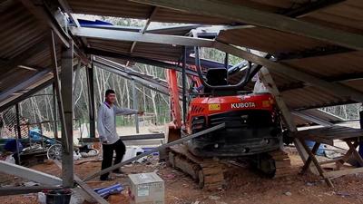 พายุลมแรงพัดกระหน่ำบ้านพักคนงาน-สวนผลไม้ได้รับความเสียหาย
