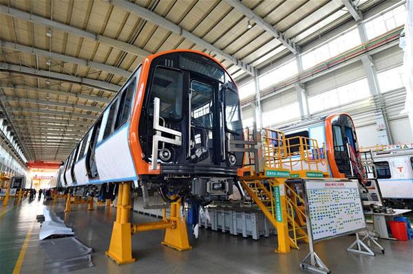 รถไฟใต้ดินซึ่งอยู่ในขั้นตอนการผลิตสุดท้าย ที่โรงงานกิจการรถไฟ ฉางชุน (CRRC Changchun Railway Vehicles) ในวันที่ 31 ต.ค. พร้อมส่งไปยังเมืองบอสตัน ประเทศสหรัฐอเมริกา (ภาพซินหวา)
