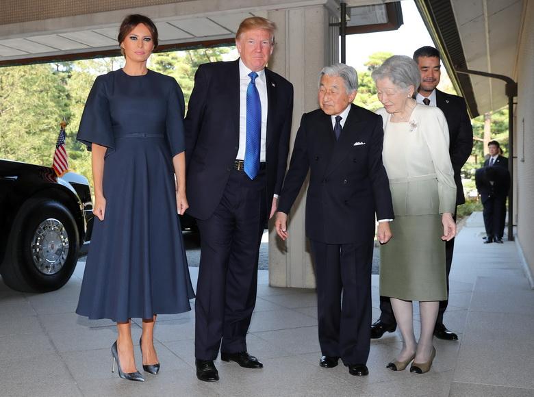 สมเด็จพระจักรพรรดิอากิฮิโตะ และสมเด็จพระจักรพรรดินีมิชิโกะแห่งญี่ปุ่น ทรงรับประธานาธิบดี โดนัลด์ ทรัมป์ แห่งสหรัฐฯ และสุภาพสตรีหมายเลขหนึ่ง เมลาเนีย ทรัมป์ ซึ่งเดินทางไปเข้าเฝ้าฯ ณ พระราชวังอิมพิเรียลในกรุงโตเกียว วันนี้ (6 พ.ย.)