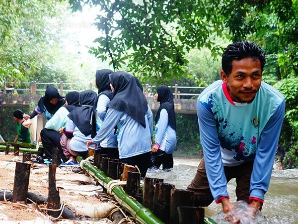 นักศึกษา ม.อ.ปัตตานี ร่วมกับชาวพัทลุงเข้าซ่อมแซมฝาย หลังถูกน้ำเซาะพังเสียหาย