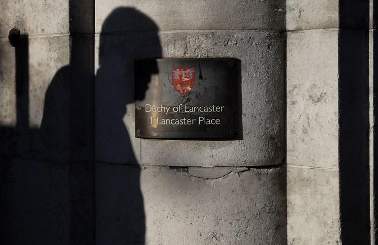 "<i>ป้ายชื่อที่บริเวณด้านนอกสำนักงาน ดัชชี ออฟ แลงคาสเตอร์ ในกรุงลอนดอน ทั้งนี้สำนักงานซึ่งทำหน้าที่ดูแลรายได้และบริหารการลงทุนส่วนพระองค์ของสมเด็จพระราชินีนาถอังกฤษ ถูกระบุใน ""พาราไดส์ เปเปอร์ส"" ว่าได้นำเงินจำนวนหนึ่งไปลงทุนผ่านศูนย์ออฟชอร์  </i>"