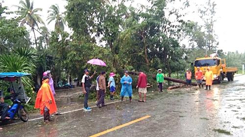 ฝนกระหน่ำ กว่า 10 ชม.ส่งผลน้ำป่าทะลักท่วมทับสะแก-ถนนเพชรเกษม