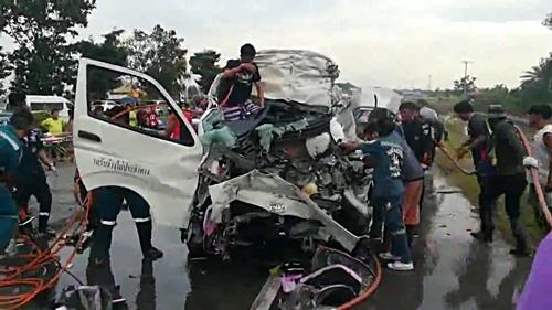 สลด รถตู้นักท่องเที่ยวต่างชาติ เสยท้ายรถสิบล้อดับสยอง 5 ศพ