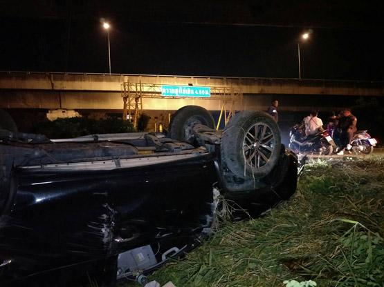 นักศึกษาควบรถฟอร์จูนเนอร์พาเพื่อน7คนแหกโค้งย่านคลองหลวง โชคดีไม่มีผู้เสียชีวิต