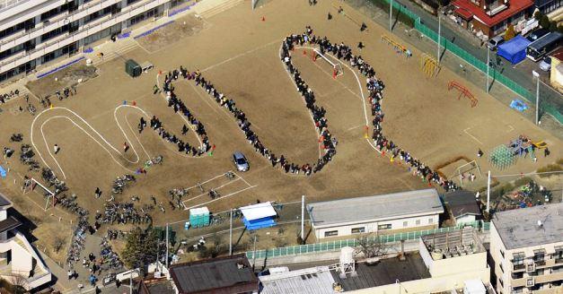ชาวญี่ปุ่นเข้าแถวรับสิ่งของช่วยเหลือในเหตุแผ่นดินไหว