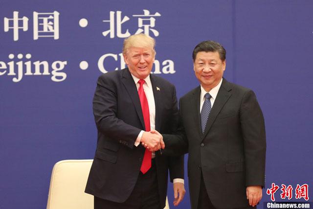 โดนัลด์ ทรัมป์ ประธานาธิบดีสหรัฐอเมริกา (ซ้าย) จับมือกับ สี จิ้นผิง ประธานาธิบดีจีน ซึ่งร่วมเป็นพยานการลงนามข้อตกลงร่วมทางธุรกิจ จีน-สหรัฐฯ มูลค่ารวม 2.5 แสนล้านดอลลาร์  ระหว่างการเยือนปักกิ่ง ครั้งแรก วันที่ 8-10 พฤศจิกายน (ภาพไชน่านิวส์)