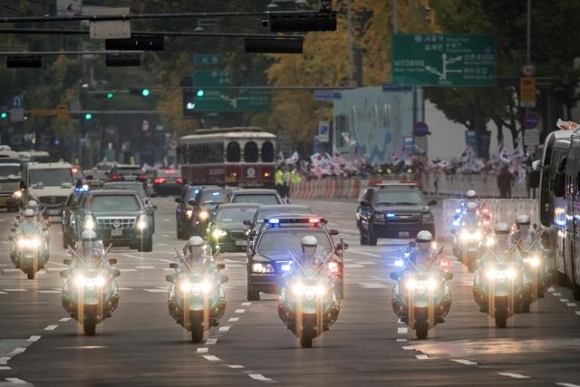 ขบวนรถของประธานาธิบดีโดนัลด์ แห่งสหรัฐฯ มุ่งหน้าสู่ทำเนียบสีฟ้าผ่านจัตุรัสกวางฮวามุนในใจกลางกรุงโซล เมื่อวันที่ 7 พฤศจิกายน ปี 2017