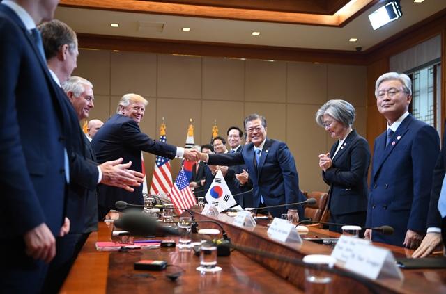 ประธานาธิบดีโดนัลด์ ทรัมป์ ของสหรัฐฯ (กลางซ้าย) จับมือกับประธานาธิบดี มุน แจอิน ของเกาหลีใต้ (กลางขวา) ในระหว่างการประชุมสองฝ่ายที่ทำเนียบสีฟ้าในกรุงโซล เมื่อวันที่ 7 พฤศจิกายน ปี 2017